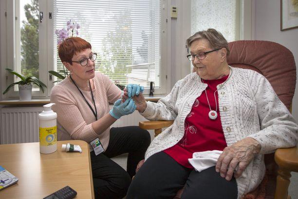 Kotihoidon sairaanhoitaja Sari Niemi hoiti eläkeläinen Elvi Ohtosta Kainuussa lokakuussa 2017.