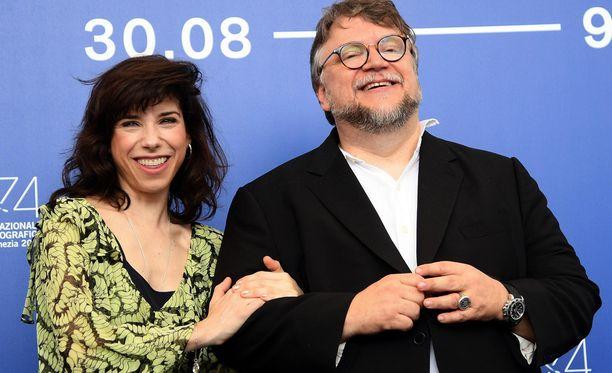 The Shape of Water -elokuvan ohjaaja Guillermo del Toro sai Oscar-ehdokkuuden toista kertaa. Vierellä yhteensä 13 Oscar-ehdokkuutta napsineen tieteiselokuvan pääosan esittäjä Sally Hawkins Golden Globe -gaalassa tammikuussa 2018.