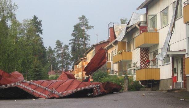 Myrskytuuli repi kattopellit alas Simpeleellä Etelä-Karjalassa.
