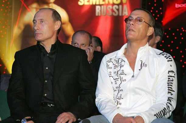 Vuonna 2007 Putin vilautti rennompaa puoltaan kokomustassa. Kuvassa presidentti edustaa näyttelijä Jean-Claude Van Dammen kanssa.