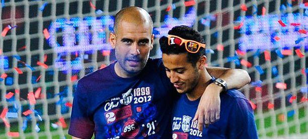 Pep Guardiola (vas.) ja Thiago Alcantara juhlivat yhdessä Copa del Reyn voittoa toukokuussa 2012.