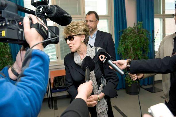 Miehensä, lehtikeisari Urpo Lahtisen miljoonaperinnön kavaltamisesta tuomitun Maija-Liisa Lahtisen pako alkoi kesällä 2006. Lahtinen pääsi käymään Suomessa erityissuojan turvin todistajana tyttärensä oikeudenkäynnissä vuonna 2009. Hän sai tavata rauhassa vanhan äitinsä ja muita sukulaisia.