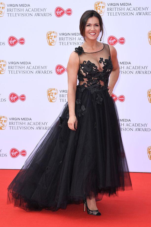 Tv-juontaja Susanna Reidin iltapuku sai yleisön ihastelemaan: keskivartalon ympärillä kiemurtelevat kuviot peittivät kaiken tarvittavan.