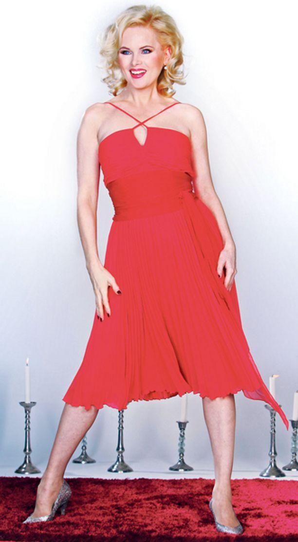 UPEA Helena Lindgren valmistautuu elämänsä ensimmäiseen teatterirooliin Piukkojen paikkojen Sugar Kanena, jota Marilyn Monroekin aikoinaan esitti. – En ole koskaan ennen näytellyt, joten olen kohdannut paljon asioita, joihin en ole tottunut, hän sanoo.