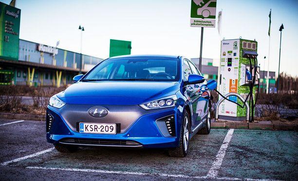 Pikalatauksessa parinkymmenen minuutin kahvitauolla auto saa sähköä reilun sadan kilometrin matkalle.