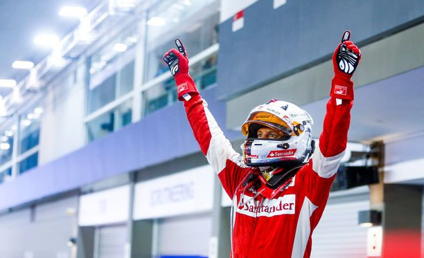 Sebastian Vettel on myös laulumiehiä, ainakin jossain määrin.