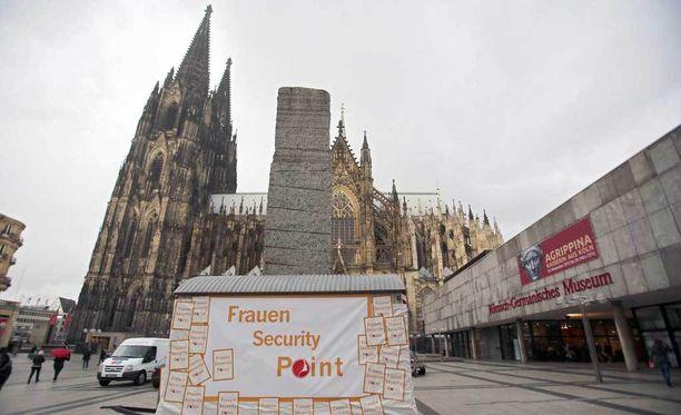 """Kölnissä kadulla asetettiin naisille """"turvallisuuspiste"""", jonka luo naiset ja tytöt voivat kokoontua tuntiessaan olonsa uhatuksi."""