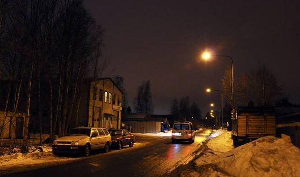 Poliisit partioivat ampumapaikan lähistöllä vielä torstain vastaisena yönä.