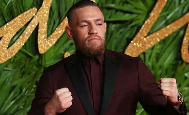 Vapaaottelutähti Conor McGregor viihtyy myös muotigaaloissa kuten British Fashion Awardseissa Lontossa joulukuun alussa.