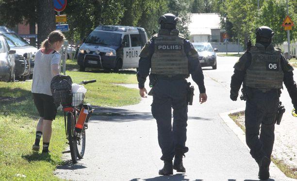 Etsintäkuulutetun miehen kiinniotosta kehkeytyi neljä tuntia kestänyt piiritystilanne.