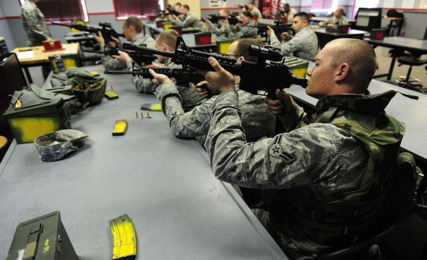 Amerikkalaissotilaita harjoittelemassa M4 karbiinien käyttöä.