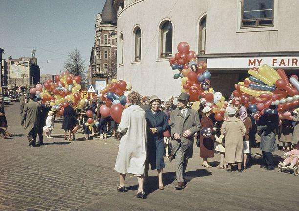 Vapunviettäjiä Helsingin keskustassa vuonna 1960.