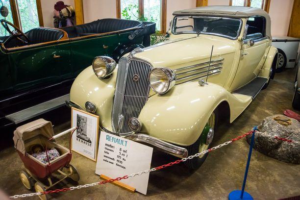 Vuoden 1935 Renaultin keula kätkee 8-sylinterisen voimanlähteen. 5.45 litran iskutilavuudesta saatiin 125 hv.