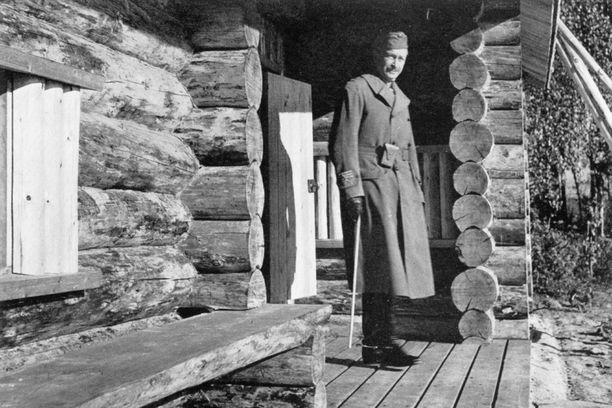 Mannerheim metsästysmajallaan.