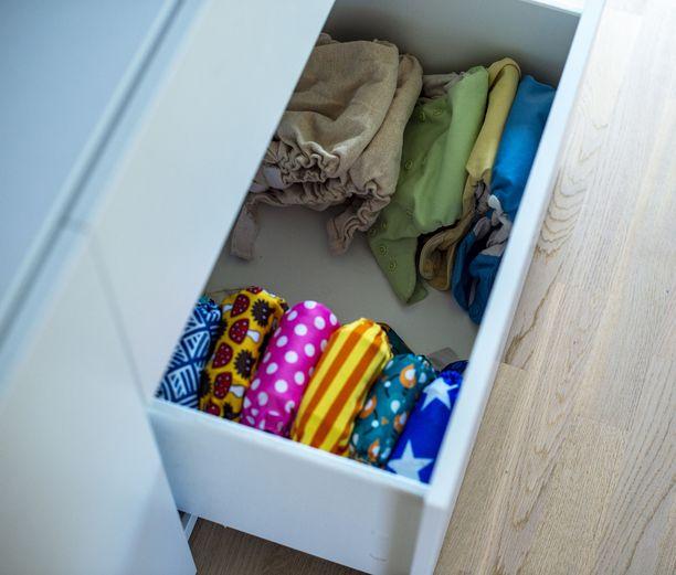 Vuoden ja neljän kuukauden ikäisen lapsen vaatteiksi riittävät seitsemän paitaa, seitsemät housut ja kaksi yöpaitaa.