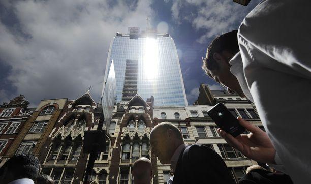 """Lontoon Cityssa sijaitsevan talon julkisivu on kovera peili. Se keskitti """"kuolemansäteen"""" alas kadulle keskipäivän aikaan."""