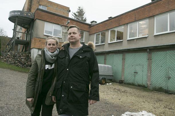 Oskari Laapio ja Reelika Komussari asuvat Viljandissa sijaitsevassa talossa.