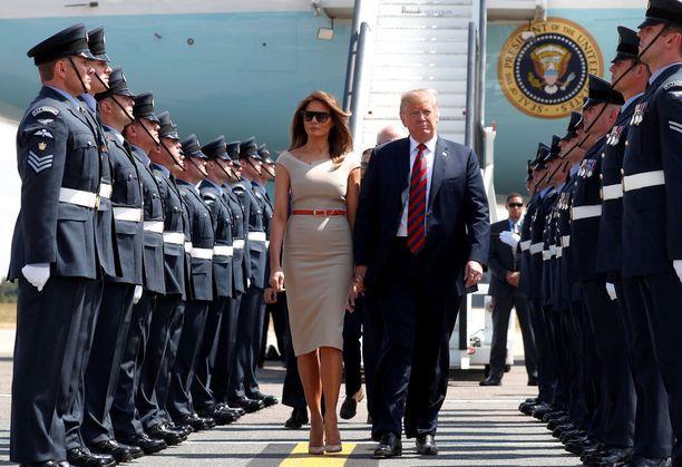 Presidenttipari otettiin vastaan lentokentällä Lontoossa torstaina.