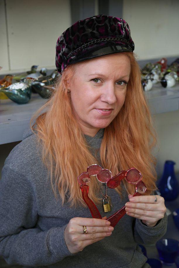 Anu Laapotti taiteili ystävänsä Teri Niitin muistoksi teoksen nimeltä Love Forever.
