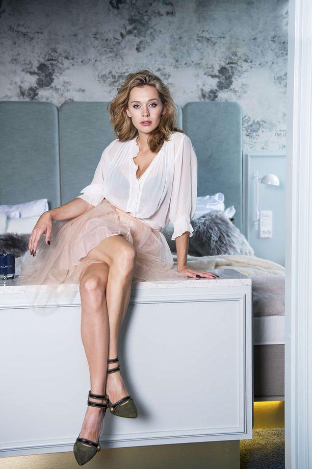 Näyttelijä Mia Ehrnrooth odottaa ensimmäistä lastaan.