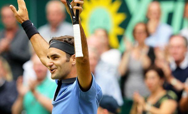 Roger Federer voitti Hallen ruohokenttäturnauksen näytöstyyliin. Loppuottelussa Saksan Alexander Zverev kaatui erin 6-1, 6-3.