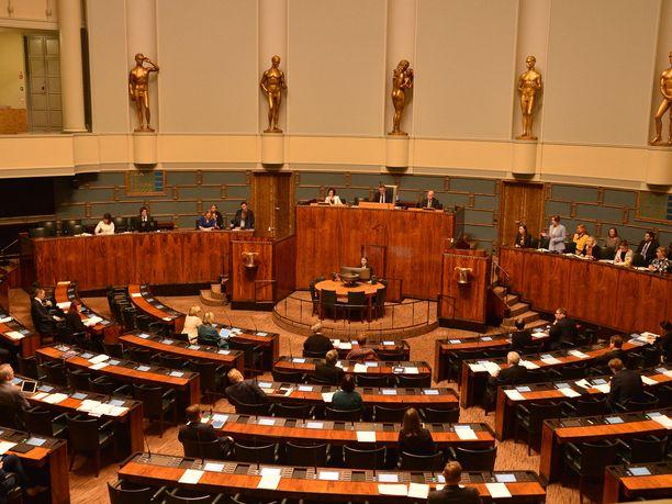 Eduskunnan istuntosalissa oli väljää torstain kyselytunnin aikana.