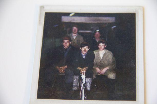 Andrei Romanov (ensimmäinen alhaalta vasemmalta) nuorena työntekijänä Magnitogorskin tehtaalla.