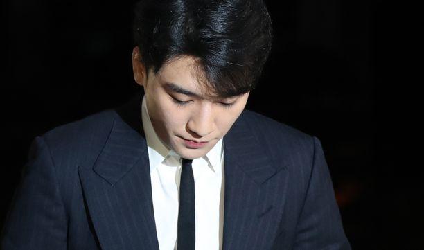 Seungri on tunnettu eteläkorealainen laulaja ja tanssija. Mies tunnetaan esimerkiksi kappaleista 1, 2, 3! ja I know.