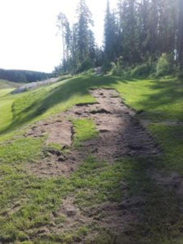 Tällaiset tuhot varas jätti golfkentän nurkkaan.