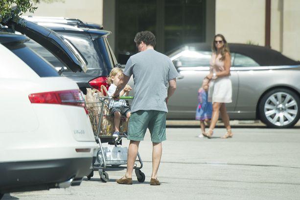 Chris ja Madeleine ruokaostoksilla Floridassa. Chris omistaa sieltä kakkosasunnon.