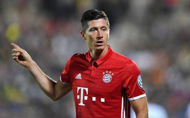 Puolalaiskärki Robert Lewandowski testaa Werder Bremenin puolustuksen.