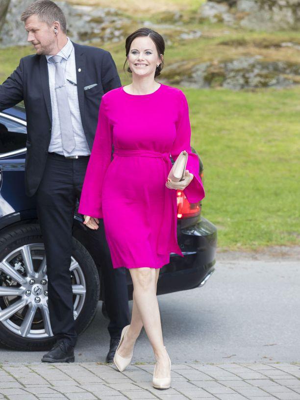 Haukio nähdään toisinaan fuksiassa. Tämä prinsessa Sofian puku vuodelta 2016 on yksi hänen parhaista raskaustyyleistään, ja sopisi myös ihanana väripilkkuna Haukion ylle. Toivoisimmekin näkevämme enemmän värejä esikoistaan odottavan rouvan päällä!