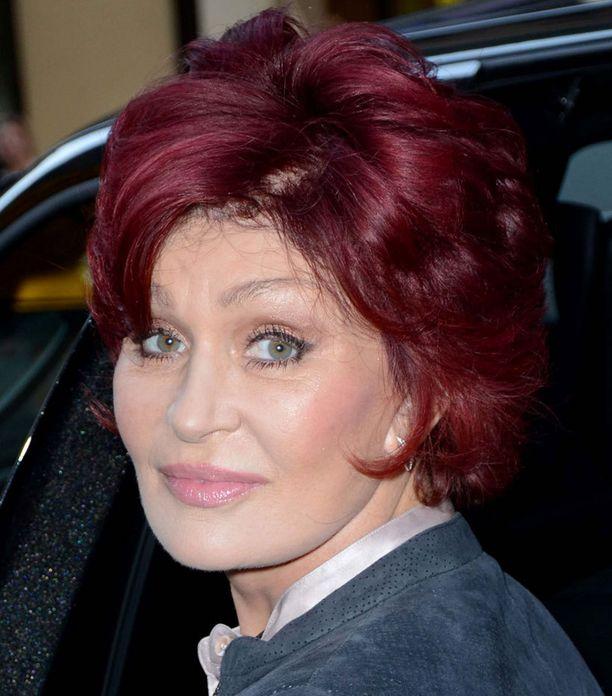 Sharon Osbourne tunnetaan punaisista hiuksistaan, jotka tässä kuvassa näyttävät vielä hyvinvoivilta.