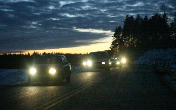 Hämärässä ja pimeässä ajaminen jännittää monia.