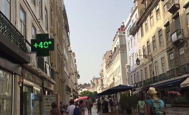 Rua Áurea -kadun varrella oleva paikallisen apteekin lämpömittari näyttää 40 astetta.
