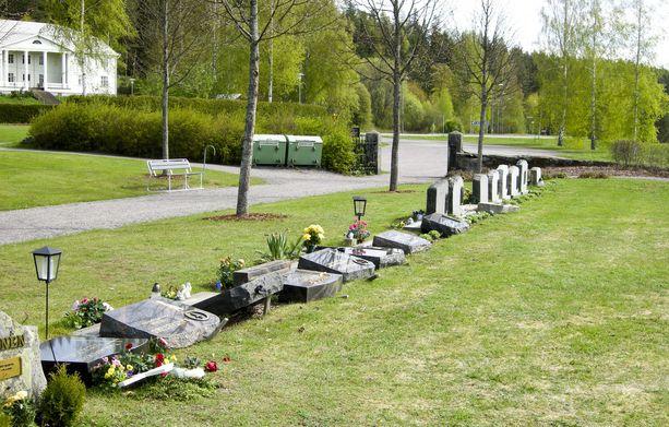 Tältä näytti ilkivallan jälkeen maanantaina Sääksmäen hautausmaalla.