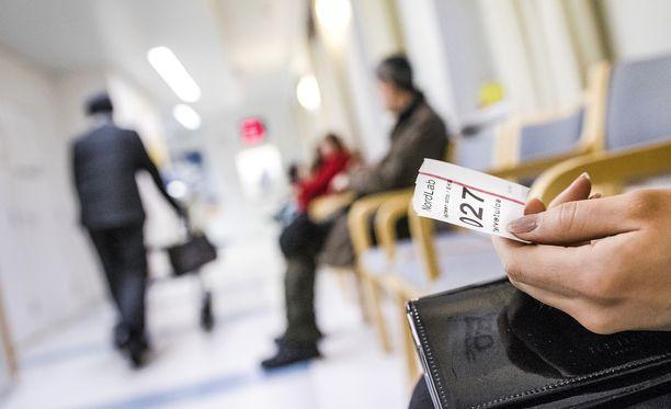 Paljon terveyskeskuspalveluita käyttävät joutuisivat jatkossa maksamaan isomman osan käynneistään itse,