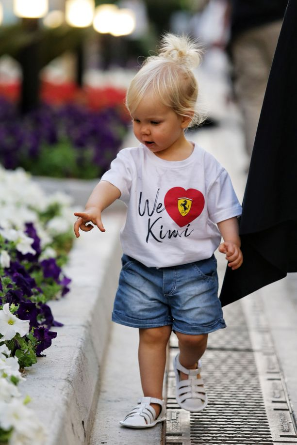 Rianna on kannustanut isäänsä myös varikolla, vaikka kukat ovat kiinnostaneet autoja enemmän.