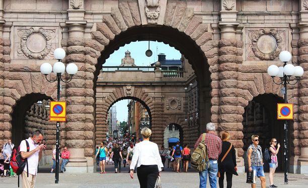 Asuntoministeri erosi Ruotsissa kohua aiheuttaneiden puheidensa vuoksi.