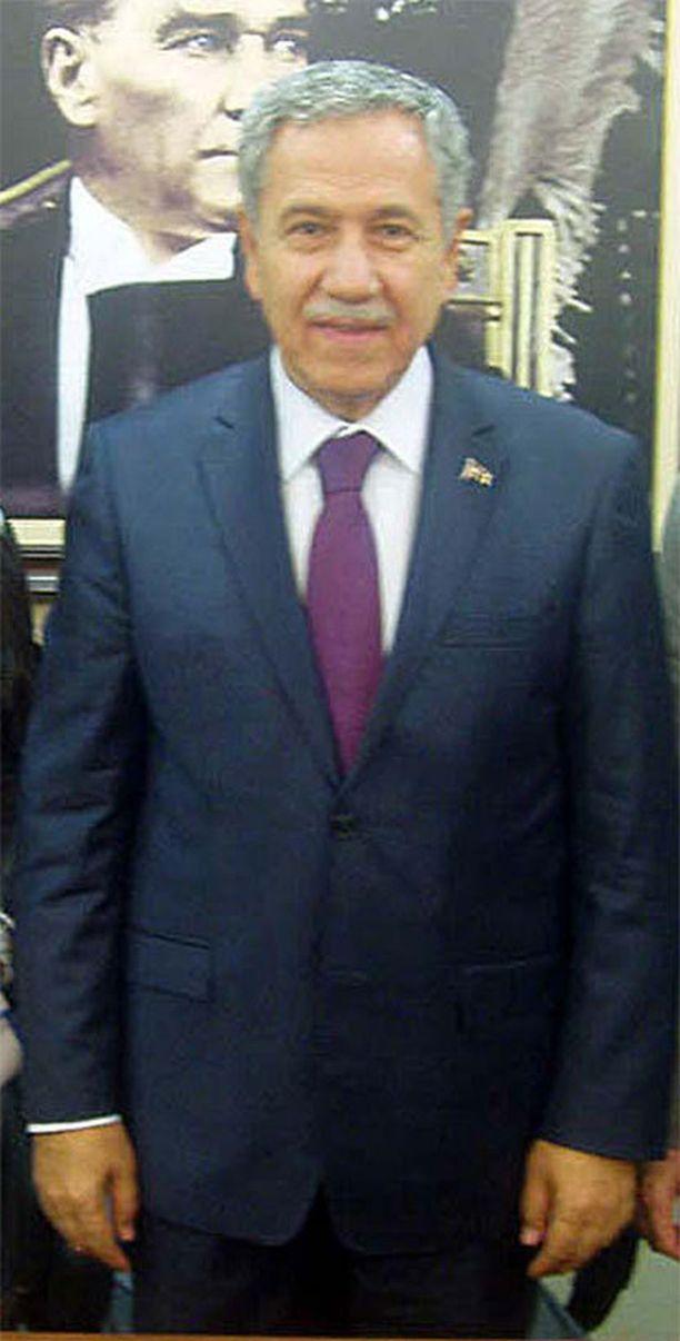 Bülent Arinc syyttää televisiota nuorison rappeutumisesta.