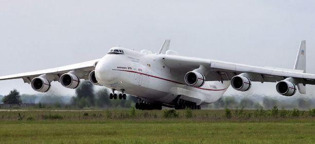 Tavaroille Venäläinen Antonov on vielä yli 10 metriä pitempi kuin Suomessa vieraillut Airbus A380.