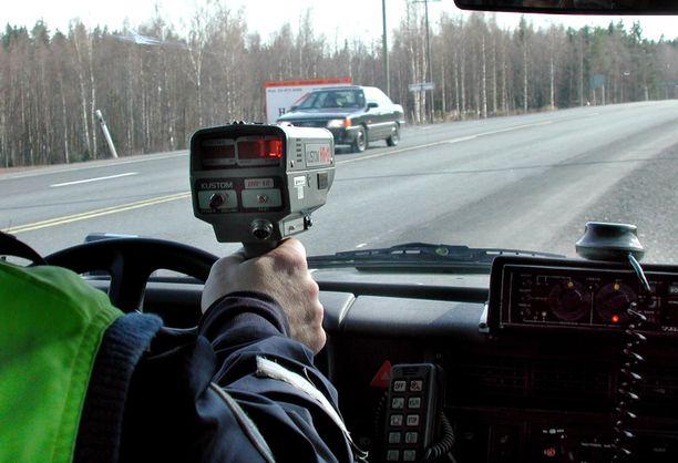 Poliisi on mitannut tien päältä hurjia ylinopeuksia tänä keväänä.