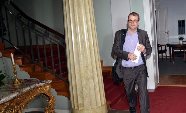 Juha Sipilä kätki huolellisesti paperipinonsa tekstipuolen ulkopuolisilta silmiltä lähtiessään sunnuntaina klo 23.00 jälkeen Smolnasta viimeisenä johtotrion puheenjohtajana. Hallitusneuvottelut jatkuvat maanantaiaamuna kello 8.30.