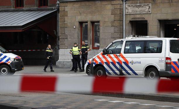 Paikalla on edelleen runsaasti poliiseja ja hälytysajoneuvoja.