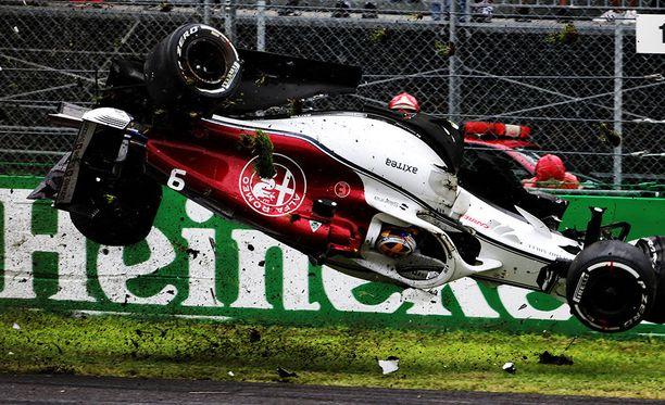 Sauber otti pompun ratavallista ja aloitti villin volttisarjan.