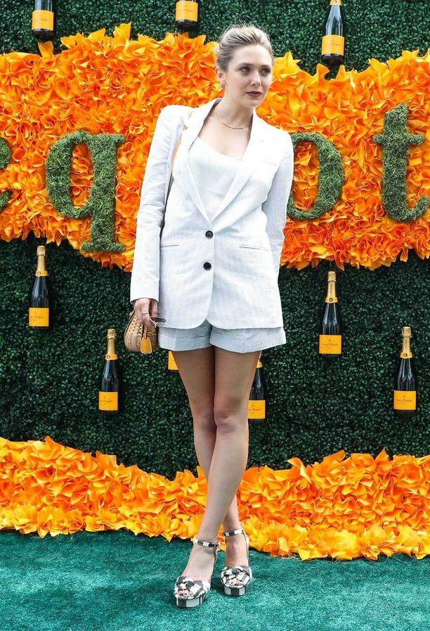 Yhdistä maskuliininen, pitkä bleiseri lyhyeen mittaan kuten tyylitaituri Elizabeth Olsen. Korkeat korot korostavat sääriä entisestään.