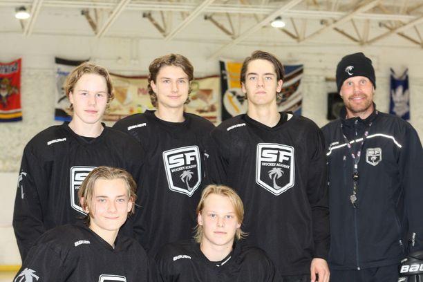 South Florida Hockey Academyn suomalaiset: Sami Jokinen (vas. ylhäällä), Tommi Eriksson, Juho Järvenpää, päävalmentaja Olli Jokinen. Alarivi Leo Harkimo ja Miika Männikkö.