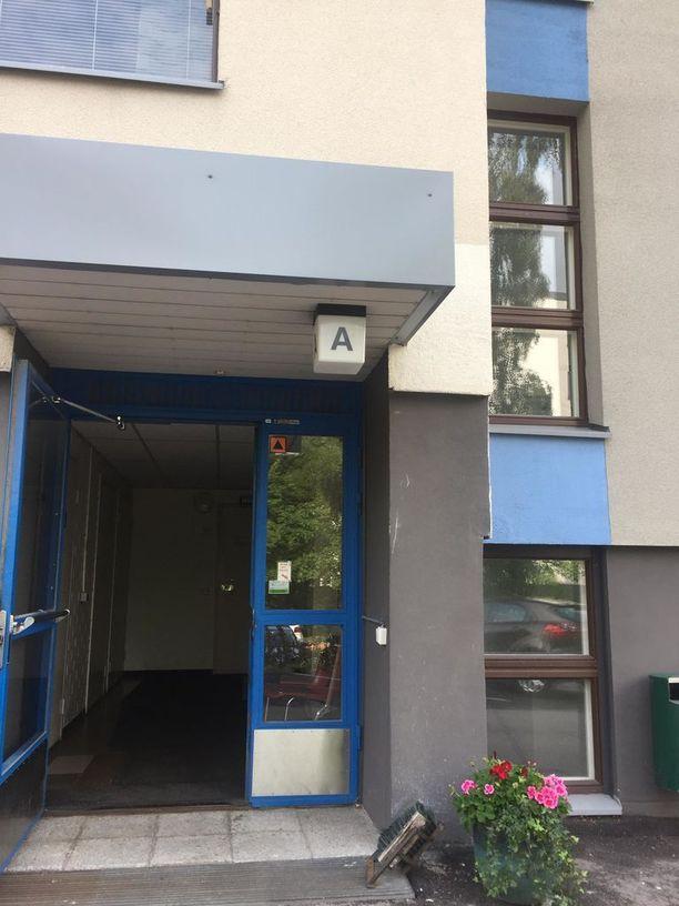 Iltalehden tietojen mukaan kuiteista ja posteista on pystytty päättelemään, että alle 60-vuotias mies olisi ollut asunnossa kuolleena tammikuusta 2017 lähtien.
