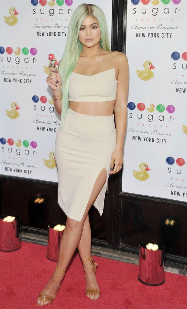 Useat plastiikkakirurgit ovat arvioineet, että Kylie on vaarassa pilata kasvonsa useilla operaatioilla.