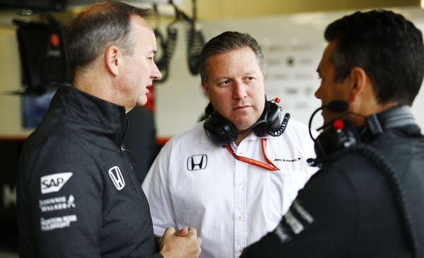 Zak Brownin (keskellä) luotsaama McLaren on kinkkisessä tilanteessa ensi kautta ajatellen.